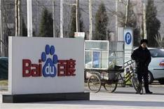 <p>Imagen de archivo de un guardia de seguridad en las afueras de la casa matriz del motor de búsquedas en internet Baidu en Pekín, dic 15 2010. Baidu Inc, el principal motor de búsquedas en internet de China, casi duplicó sus ingresos en el cuarto trimestre, y pronosticó ventas para el primer trimestre que superan las expectativas de Wall Street. REUTERS/Soo Hoo Zheyang</p>
