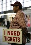 <p>Болельщик сборной Португалии стоит с табличкой о просьбе получить билет на футбольный матч, 15 июня 2008 года. Билеты на матчи финальной части чемпионата Европы по футболу 2012 года будут стоить от 30 до 600 евро, сказал представитель УЕФА Райнер Берак. REUTERS/Michael Buholzer</p>