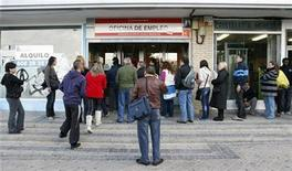<p>People wait to enter a government job centre in Madrid, October 4, 2010. REUTERS/Andrea Comas</p>