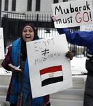 <p>Египтянка требует отставки президента Египта Хосни Мубарака перед посольством страны в Вашингтоне, 1 февраля 2011 года. Протестующие и США требуют отставки президента Египта Хосни Мубарака, несмотря на то, что он хочет продержаться на своем посту до сентября, когда официально заканчивается срок его пребывания у власти. REUTERS/Molly Riley</p>