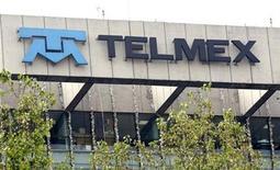 <p>Foto de archivo de la casa matriz de la firma Telmex en Ciudad de México, ene 7 2010. La líder mexicana de telefonía fija y acceso a internet, Telmex, propiedad del magnate Carlos Slim, habría registrado una baja de casi un 22 por ciento en sus ganancias del cuarto trimestre del 2010, en medio de una continua caída de sus líneas fijas. REUTERS/Daniel Aguilar</p>