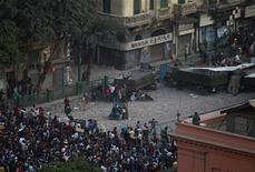 <p>Manifestantes pró e contra governo enfrentam-se na Tahrir Square, onde fica o Museu Egípcio do Cairo. 02/02/2010 REUTERS/Yannis Behrakis</p>