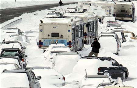 Blizzard strands hundreds of motorists in Midwest