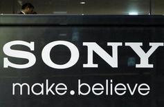 <p>Foto de archivo del logo de Sony en la sede de la firma en Tokio, nov 25 2010. La japonesa Sony Corp reportó el jueves una caída del 5,9 por ciento en sus ganancias del tercer trimestre, debido a una guerra de precios que golpeó a su unidad de televisores y el peso de un yen más fuerte, además, la firma redujo de previsión de ingresos por ventas de televisores menores a lo esperado. REUTERS/Toru Hanai</p>