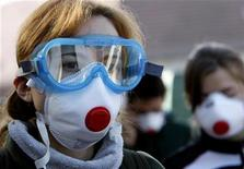 <p>Schoolchildren wear protective goggles and masks to protect against toxic dust from dried mud in the flooded village of Devecser, 150 km (93.2 miles) west of Budapest October 13, 2010. REUTERS/Laszlo Balogh</p>