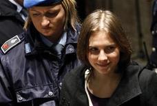 <p>Amanda Knox, norte-americana presa por assassinar colega com quem dividia um apartamento em 2007, chega ao tribunal após uma pausa do julgamento, em Perugia. 22/01/2011 REUTERS/Alessia Pierdomenico</p>