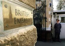 <p>Башня Кремля отражается в табличке британского посольства в Москве, 6 мая 1996 года. Россия не пустила в страну журналиста британской газеты Guardian, писавшего про рассекреченные сайтом WikiLeaks дипломатические депеши, в которых содержались нелестные оценки российских лидеров, сообщила газета в понедельник.</p>