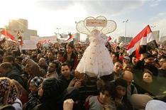 <p>Демонстранты на площади Тахрир в Каире, 8 февраля 2011 года. Молодые египтяне сыграли в воскресенье свадьбу на площади Тахрир - арене кровопролитных столкновений противников и сторонников действующего президента Египта Хосни Мубарака. REUTERS/Dylan Martinez</p>