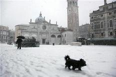 <p>A dog walks across the snow covered Saint Mark's square in Venice December 19, 2009. REUTERS/Manuel Silvestri</p>