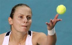 <p>Jelena Dokic, da Austrália, saca para Kim Clijsters, da Bélgica, durante sua partida no torneio de Paris. 11/02/2011 REUTERS/Regis Duvignau</p>