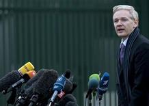 <p>El fundador de WikiLeaks, Julian Assange, amenazó con demandar al periódico británico The Guardian por supuestamente entregar sus archivos de cables confidenciales estadounidenses al New York Times, según dos nuevos libros. REUTERS/Kieran Doherty (G.BRETAÑA)</p>