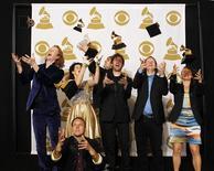 """<p>A banda Arcade Fire arremessa para cima os Grammys de Melhor Álbum por """"The Suburbs"""" na cerimônia de entrega em Los Angeles, 13 de fevereiro de 2011. REUTERS/Mario Anzuoni</p>"""