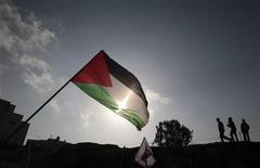 <p>Флаг Палестинской автономии во время протестов в Восточном Иерусалиме 28 января 2011 года. Кабинет министров Палестинской автономии подал в отставку в понедельник, сообщили власти. REUTERS/Baz Ratner</p>