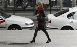 <p>Foto de archivo de una mujer conversando por teléfono móvil en el Paseo de la Castellana en Madrid, mar 23 2010. Pagar el café y el diario de las mañanas usando su teléfono móvil, sin usar efectivo o una tarjeta bancaria, es algo que está a la vuelta de la esquina. REUTERS/Andrea Comas</p>