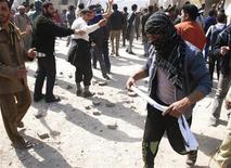 <p>Демонстранты в городе Эль-Кут 16 февраля 2011 года. По меньше мере три человека погибли и десятки получили ранения в результате столкновений демонстрантов с полицией в иракском городе Эль-Кут. REUTERS/Jaafer Abed</p>