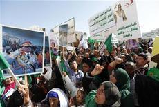 """<p>Сторонники Муаммара Каддафи на демонстрации в Триполи, 17 февраля 2011 года. Несколько сотен сторонников ливийского лидера Муаммара Каддафи собрались в столице в четверг, протестуя против призывов к проведению антиправительственного """"Дня гнева"""". REUTERS/Ismail Zitouny</p>"""