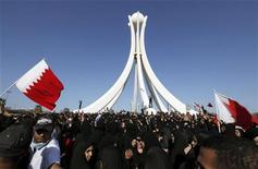 <p>Демонстранты собрались в центре Манамы (Бахрейн), 15 февраля 2011 года. Антиправительственные демонстрации могут продолжиться в пятницу в странах Ближнего Востока и северной Африки, а самые напряженные события ожидаются в Бахрейне, где состоятся похороны четырех человек, погибших во время разгона полицией лагеря оппозиции в центре Манамы. REUTERS/Hamad I Mohammed</p>