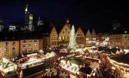 "<p>The tents of a Christmas market are illuminated at Frankfurt's famous landmark ""Roemer"" November 25, 2009. REUTERS/Johannes Eisele</p>"