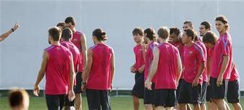 """<p>Игроки """"Барселоны"""" на тренировке недалеко от Барселоны 27 августа 2010 года. Занимающую первое место в чемпионате Испании """"Барселону"""" ждет непростое испытание в 24-м туре, где каталонцам будет противостоять их давний соперник - """"Атлетик"""". REUTERS/Albert Gea</p>"""