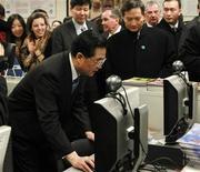 <p>En fotografía de archivo, el presidente chino Hu Jintao visits usa una computadora en el Instituto Confucio de Chicago. 21 de enero de 2011. REUTERS/Chris Walker/Pool</p>