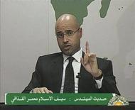 <p>Кадр из видеобращения сына лидера Ливии Муаммара Каддафи Саифа аль-Ислама в Триполи, 20 февраля 2011 года. Лидер Ливии Муаммар Каддафи будет бороться с народными восстаниями до последнего, сказал один из его сыновей в понедельник на фоне перекинувшихся в столицу протестов после волнений во втором по величине городе Бенгази. REUTERS/Libyan TV via REUTERS TV</p>