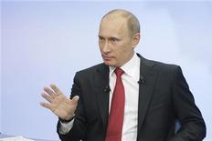 <p>Премьер-министр РФ Владимир Путин отвечает на вопросы россиян в ходе телемоста в Москве, 16 декабря 2010 года. Российский бюджетный перевозчик Авианова объяснил подешевевшие билеты умением премьер- министра выбить перед телекамерами скидку из топливных монополистов. REUTERS/Alexsey Druginyn/RIA Novosti/Pool</p>