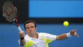 <p>Теймураз Габашвили отбивает мяч во время игры против швейцарского теннисиста Станисласа Вавринка, 17 января 2011 года. Российский теннисист Теймураз Габашвили вышел во второй круг турнира Delray Beach International, проходящего в США. REUTERS/Mick Tsikas</p>