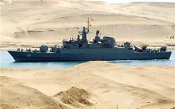 <p>Иранский корабль проходит по Суэцкому каналу неподалеку от Исмаилии 22 февраля 2011 года. Два иранских корабля вошли в Суэцкий канал и двигаются в Средиземное море, сообщил во вторник представитель компании-оператора канала. REUTERS/Stringer</p>