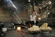 <p>A villager fries prawn crackers in a wooden house in Sragen Central Java September 28, 2007. REUTERS/Andry Prasetyo</p>