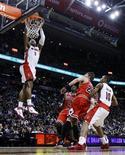 """<p>Игрок """"Торонто"""" Джеймс Джонсон кладет данк в корзину """"Чикаго"""" в Торонто 23 февраля 2011 года. Результативная игра Андреа Баргнани и Демара Дерозана помогла """"Торонто"""" одолеть """"Чикаго"""" в матче регулярного чемпионата Национальной баскетбольной ассоциации (НБА) в среду. REUTERS/Mark Blinch</p>"""