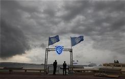"""<p>Охранники стоят у входа на пляж Warner Bros в Каннах, 4 октября 2010 года. Кинокомпания Warner Bros. хочет снять римейк """"Телохранителя"""", фильма, ставшего настоящим хитом 90-х благодаря незабываемой игре Кевина Костнера и Уитни Хьюстон, сообщил интернет-ресурс Deadline (www.deadline.com). REUTERS/Eric Gaillard</p>"""