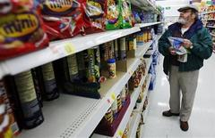 <p>Michael Lipsitz picks out a bag of chips while grocery shopping at the WalMart in Crossville, Tennessee March 21, 2008. REUTERS/Brian Snyder</p>