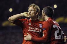 <p>O jogador do Liverpool Dirk Kuyt (E) comemora gol contra o Sparta Praga nesta quinta-feira. REUTERS/Russell Cheyne</p>