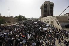 """<p>Жители Ирака вышли на демонстацию в центр Багдада, 25 февраля 2011 года. Тысячи иракцев вышли в пятницу на улицы ради протеста против коррупции и нехватки средств для нормального существования в рамках """"Дня гнева"""", спровоцированного восстаниями в арабском мире. REUTERS/Saad Shalash</p>"""