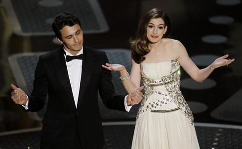 Oscar hosts Franco and Hathaway
