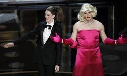 <p>Los conductores de la ceremonia número 83 de los Oscar Anne Hathaway y James Franco sobre el escenario en Hollywood. feb 27 2011. Los organizadores de la ceremonia de los Oscar intentaron algo sin precedentes en los 83 años de los premios de la Academia: confiaron en una pareja joven y atractiva de estrellas de Hollywood para presentar los máximos galardones de industria cinematográfica. REUTERS/Gary Hershorn</p>