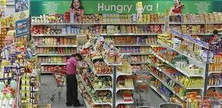 <p>Работница супермаркета в Ахмедабаде (Индия) расставляет продукты по полкам, 3 марта 2011 года.Индекс мировых цен на продовольствие установил новый рекорд в феврале, превысив пик 2008 года, когда высокие цены на еду спровоцировали народные восстания в ряде стран, сообщила Продовольственная и сельскохозяйственная организация ООН (ФАО) в четверг. REUTERS/Amit Dave</p>