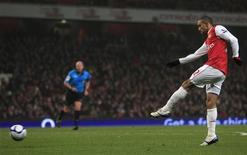 """<p>Игрок """"Арсенала"""" Гаэль Клиши забивает мяч в ворота """"Лейтон Ориент"""" в Лондоне 2 марта 2011 года. """"Арсенал"""" и """"Манчестер Сити"""" добились в среду уверенных побед в матчах Кубка Англии и вышли в следующую стадию турнира. REUTERS/Eddie Keogh</p>"""