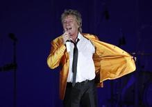 <p>O cantor britânico Rod Stewart se apresenta em Floriana, nos arredores de Valleta, em Malta, em agosto de 2010. O guitarrista Jeff Beck quer fazer um último álbum maravilhoso com Stewart antes de o cantor virar presença constante em Las Vegas. 03/08/2010 REUTERS/Darrin Zammit Lupi</p>