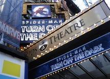 """<p>Chamada para o musical da Broadway """"Spider-Man Turn Off The Dark"""" do lado de fora do Foxwoods Theatre em Nova York. O musical, que custou 65 milhões de dólares, vai passar por revisão geral que fechará o espetáculo por semanas. 21/12/2010 REUTERS/Shannon Stapleton</p>"""