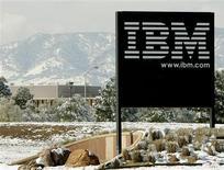 <p>Le titre IBM (International Business Machines) a atteint un plus haut historique mercredi, les analystes financiers saluant l'objectif réaffirmé du géant informatique d'un doublement de ses bénéfices d'ici 2015. /Photo d'archives/REUTERS/Rick Wilking</p>