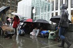 <p>Покупатели выстраиваются в очередь перед магазинов Apple в Нью-Йорке, 10 марта 2011 года. Apple Inc начнет продавать новую модель своего компьютерного планшета iPad в эту пятницу в Соединенных Штатах, что может предоставить фондовым рынкам важную информацию о розничном спросе на новые высокотехнологичные продукты. REUTERS/Lucas Jackson</p>