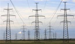 <p>Линии электропередач (ЛЭП) тянутся от Саяно-Шушенской ГЭС в республке Хакасия 24 июня 2008 года. Иностранные лидеры и российские обыватели гадают, решит ли премьер Владимир Путин вернуться в Кремль в 2012 году. Тем временем аналитики госбанка ВТБ советуют инвесторам, терпящим убытки от вложений в российскую электроэнергетику, дождаться второго срока президента Дмитрия Медведева. REUTERS/Ilya Naymushin</p>