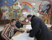 <p>Мужчина заполняет бюллетень для голосования на избирательном участке в Ставрополе, 13 марта 2011 года. Партия премьер-министра России Владимира Путина, по предварительным данным, доминировала на воскресных региональных выборах, омраченных обвинениями в фальсификациях и указавших на рост популярности оппозиции. REUTERS/Eduard Korniyenko</p>