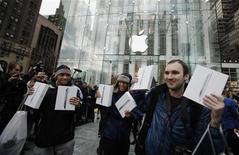 <p>Consumidores seguram seus computadores tablet Ipad 2 após comprarem a segunda geração do equipamento na loja carro chefe da Apple, na 5th Avenue em Nova York. A Apple comercializou perto de 1 milhão de computadores no primeiro final de semana de vendas. 11/03/2011 REUTERS/Lucas Jackson</p>