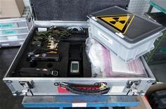 """<p>Инструменты для замера уровня радиоактивности, 14 марта 2011 года. Уровень радиоактивности вокруг поврежденной землетрясением атомной электростанции в Японии стал """"значительно"""" выше во вторник после новых взрывов на двух реакторах. REUTERS/Pascal Lauener</p>"""