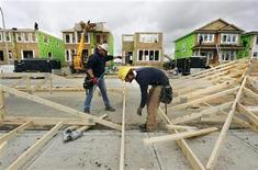 <p>Construction workers works on building new homes in Calgary, Alberta, May 31, 2010. REUTERS/Todd Korol</p>