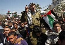 <p>A Palestinian dressed like late Palestinian leader Yasser Arafat shouts slogans during a rally in Gaza City March 15, 2011, calling for an end to Palestinian divisions. REUTERS/Ibraheem Abu Mustafa</p>
