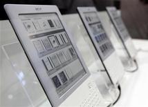 <p>Leitores eletrônicos da Acer, os Lumi L600, são exibidos em feira de tecnologia em Taiwan, em junho de 2010. Enquanto a venda de livros eletrônicos teve um salto nos EUA em janeiro de 2011, a comercialização de livros em papel vem caindo. 1/06/2010 REUTERS/Nicky Loh</p>