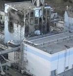 """<p>Поврежденный в результате взрыва контейнер реактора № 4 АЭС """"Фукусима-1"""", 17 марта 2011 года. Японские инженеры не исключают, что единственным выходом для предотвращения катастрофической утечки радиации с поврежденной землетрясением АЭС будет засыпать ее песком и залить бетоном. REUTERS/Tokyo Electric Power (TEPCO)/Handout</p>"""